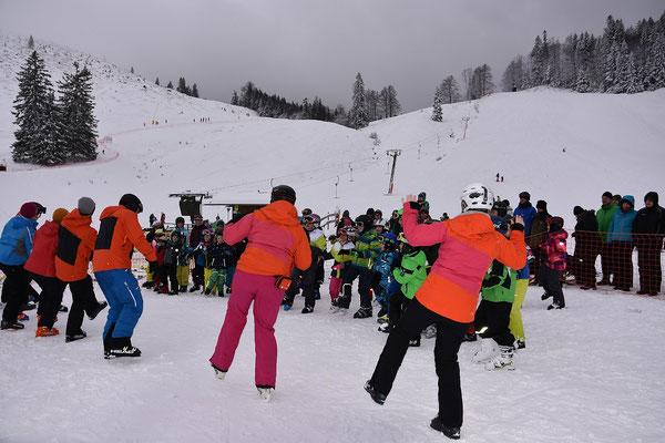Skilehrer des SV DJK Heufeld tanzen beim Skikurs.