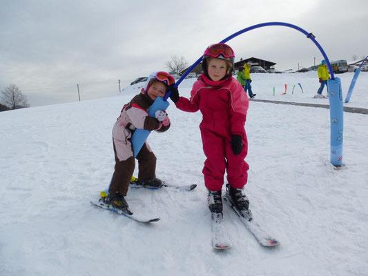 Kinder beim Skikurs im Spielpark.