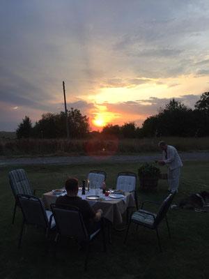 Abendstimmung und gedeckter Tisch mit ungehindertem Blick in die Natur