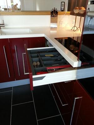 creamob cuisine rouge avec plan de travail blanc en solid surface vkorr et bar en chêne massif