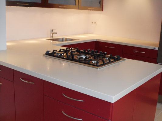 cuisine rouge avec tiroir blum et plan de travail en solid surface vkorr bone avec cuve inox sous plan