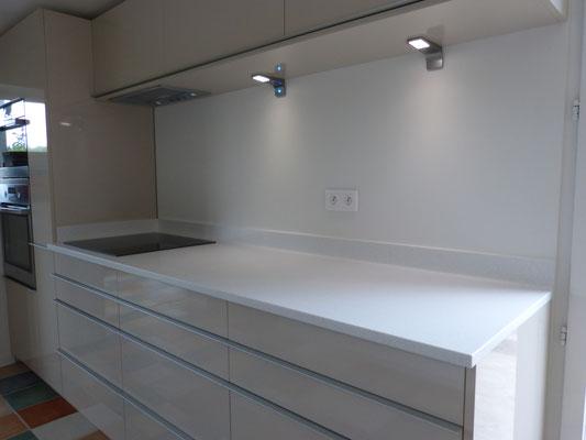 creamob cuisine stratifié tiroir blum avec spot led et plan de travail solid surface vkorr