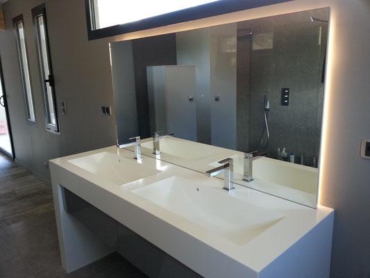 meuble salle de bain en solid surface vkorr avec vasque sur mesure et mitigeur chromé façade stratifié de tiroir blum