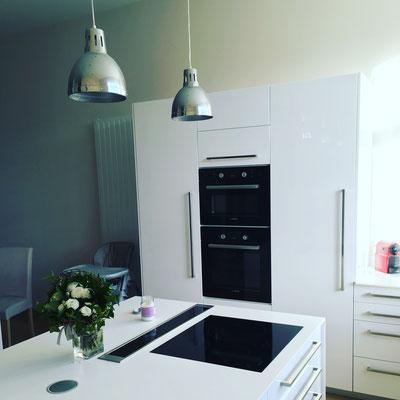 creamob cuisine blanc brillant tiroir blum avec space corner et space tower hotte de plan de travail roblin plan vkorr solid surface