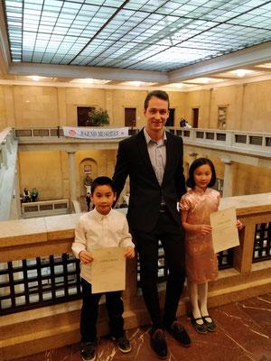Hanna und Lukas Liu mit ihrem Lehrer Georg Thoma