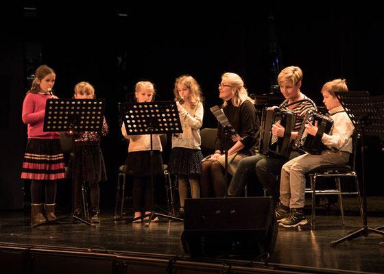 Blockflötengruppe mit Akkordeon