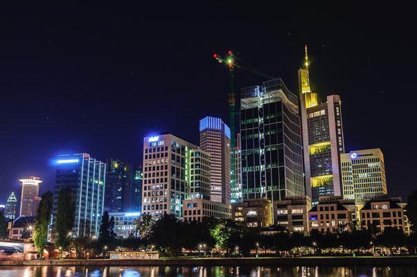 Nachfoto des Büroviertels im Stadtzentrum von Frankfurt mit Blick auf die Commerzbank und Messeturm