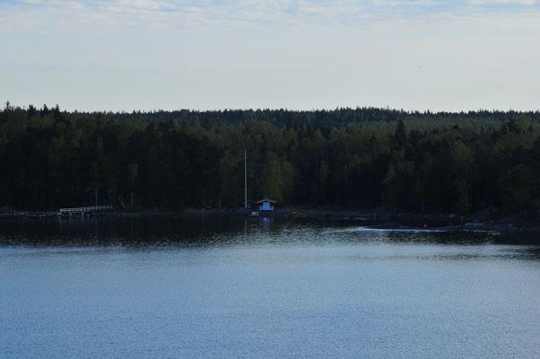 Einsames Haus am Waldrand und am Ufer des Baltischen Meeres in Finnland