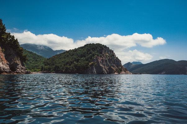 Die Klippen vor der Küste Petrovac in Montenegro