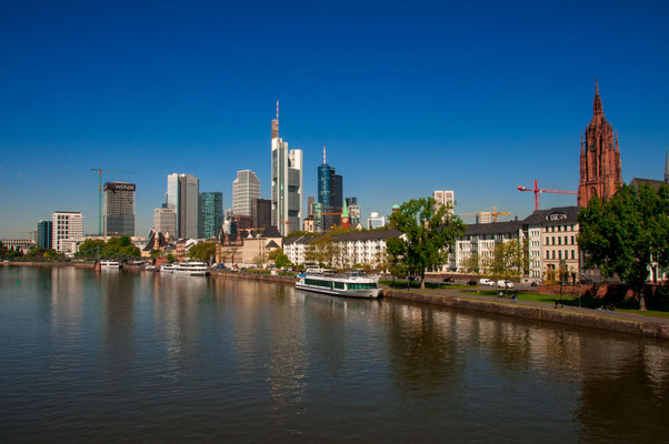 Typisches Stadtpanorama der Finanzmetropole Frankfurt am Main, Ansicht von der Alten Brücke