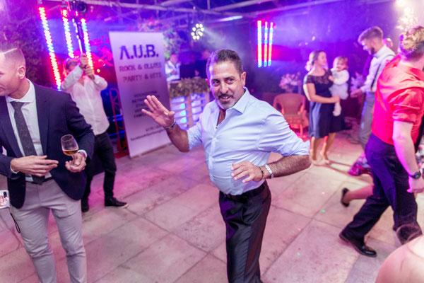 Hochzeitsgäste geben Gummi auf der Tanzfläche