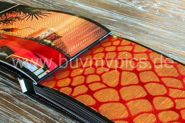 Exklusive Tapeten in Form einer Schlangen-Haut in leuchtend roter Farbe, Tapeten für jeden Geschmack und Raum