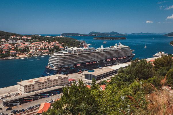 TUI Kreuzfahrtschiff im Hafen von Dubrovnik, Kroatien