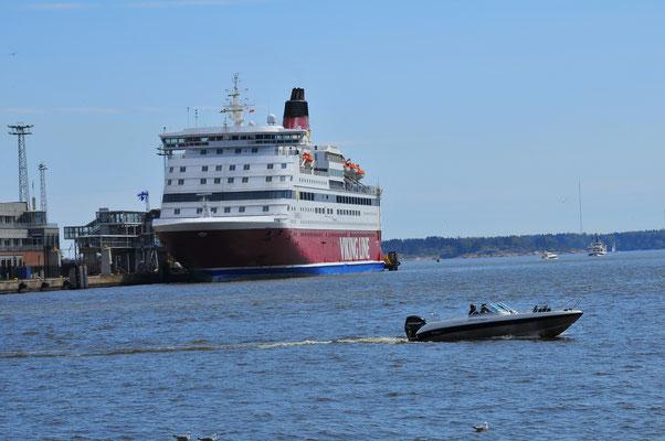 Liner wartet auf seine Passagiere im Hafen von Helsinki