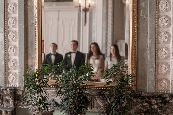 Perspektive zum Brautpaar vom Spiegel aus