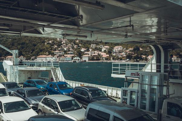 Mit dem Auto über die Bucht von Kotor in Montenegro