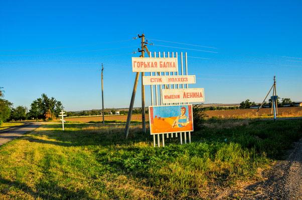 Willkommenstafel zur Einfahrt in das Dorf Gorjkaya Balka