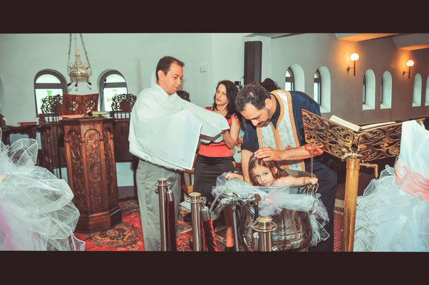 Das Mädchen wird getauft