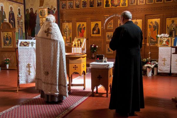 Zwei Priester in der Orthodoxen Kirche in Frankfurt