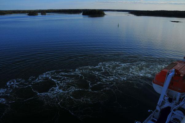 Fähre legt in den Hafen an - Wasser-Schäumung