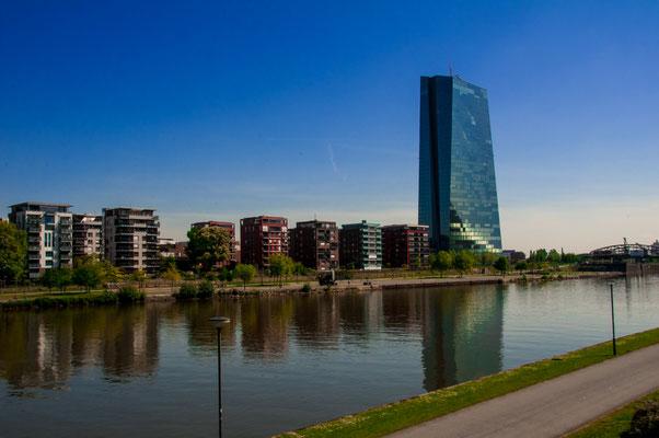 Osthafen-Siedlung von Frankfurt am Main in voller Pracht, Wohnsiedlung neben der Europäischen Zentralbank