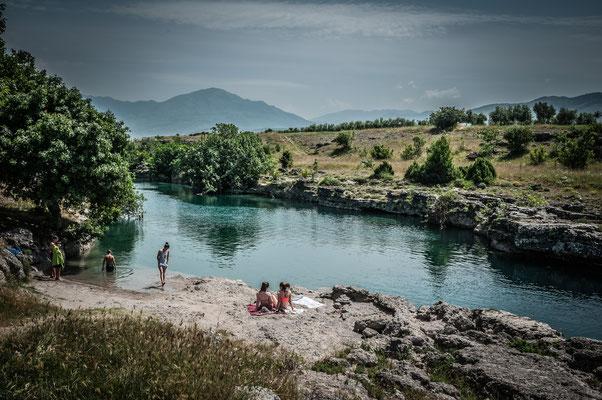 Kinder baden im eiskalten Wasser im Fluss Cijevna