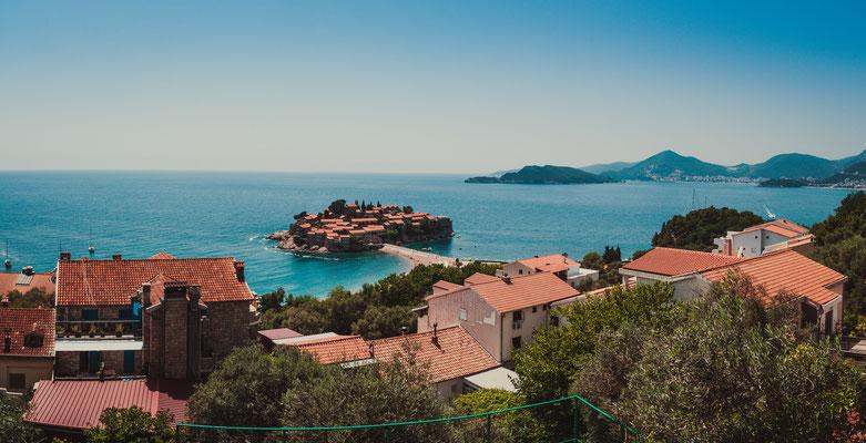Panorama Blick auf die bekannteste Insel von Montenegro - Der heilige Stefan - Sveti Stefan