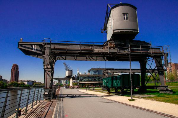 Der alte und doch moderne Osthafen von Frankfurt am Main, Last-Kran mit eigener Vorgeschichte