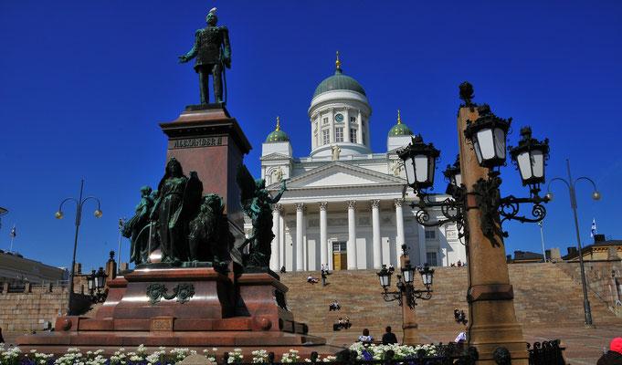 Protestantische Kathedrale mit Statue des russischen Zaren Alexander II. Auf dem Hauptplatz von Helsinki in Finnland