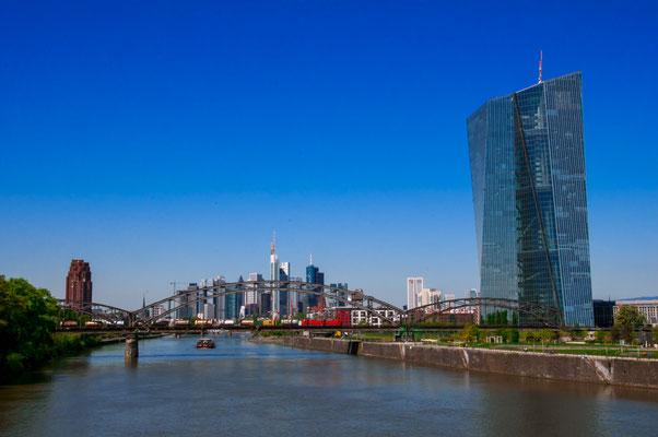 Stadtpanorama von Frankfurt am Main mit Blick auf die Europäische Zentralbank Main Plaza und Deutschherrnbrücke