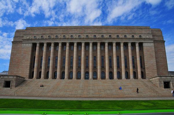 Parlament Gebäude der Hauptstadt Finnlands Helsinki, Gebäude mit vielen Säulen
