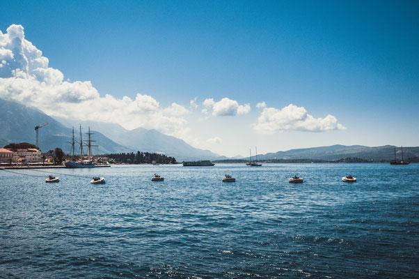 Das adriatische Meer im Hafen von Tivat in Montenegro