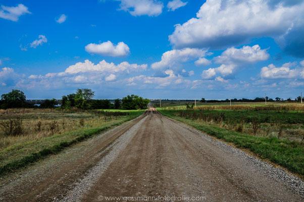 Weiße weiche Wolken und die Steppen von Stawropolskij krai