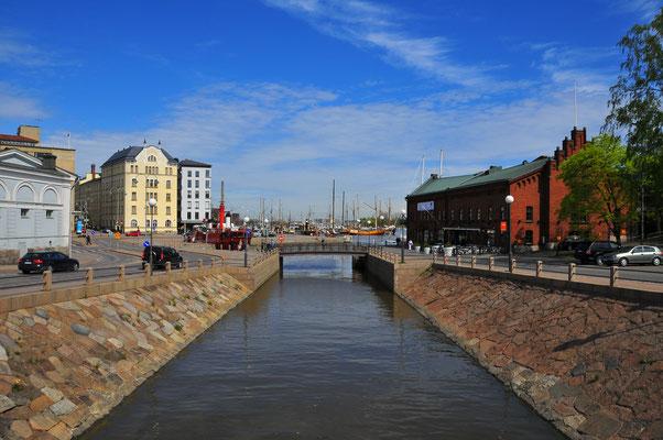 Kleiner Kanal ins offene Meer des Hafen von Helsinki