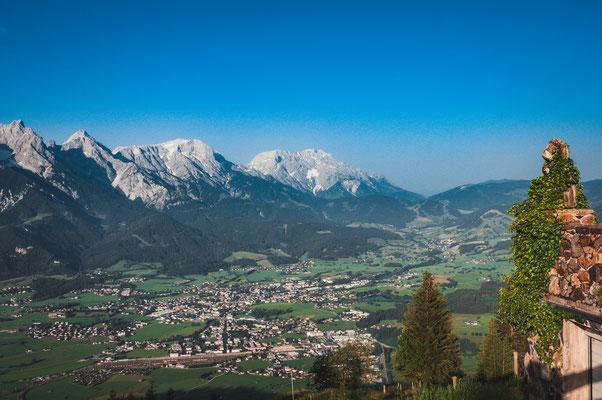 Blick auf die Bergspitzen Hochkönig, Taghaube, Schneeberg und die Orte Ramseiden und Ritzensee