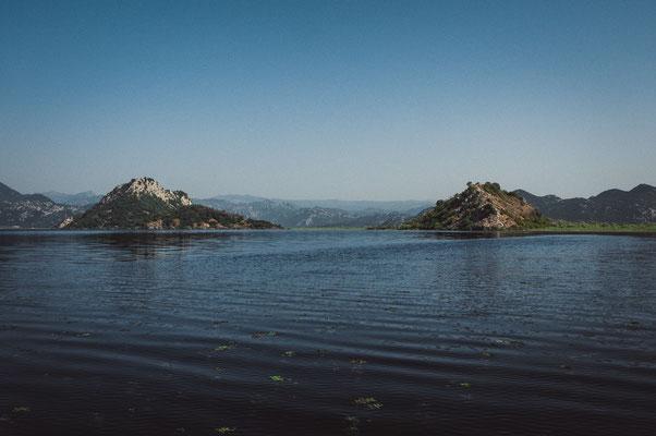 Blick auf die Insel im Skadarsee mit dem Kloster Kom