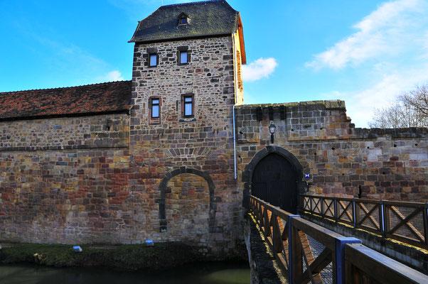 Brücke über den Wassergraben zur Festung