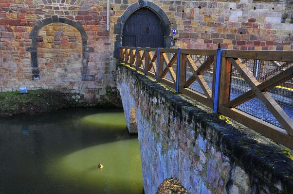Alte Brücke über den Wassergraben