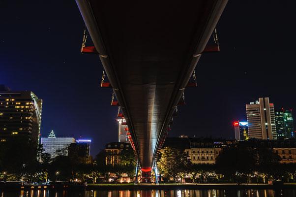 Einzigartige nächtliche Architektur der Holbeinsteg Brücke über den Fluss Main in Frankfurt