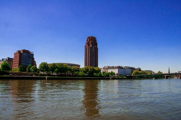 Panoramablick von der Osthafen-Seite über den Fluss Main auf das Main Plaza Hotel