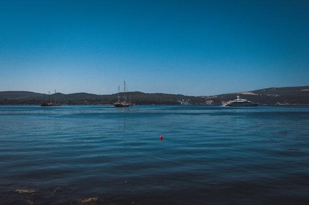 Vor dem Hafen von Tivat in Montenegro
