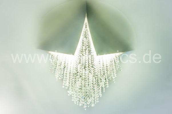 Deckenleuchte mit der Besonderheit, als ob diese aus der Decke durchgebrochen ist, Deckenleuchte mit Glas-Diamanten