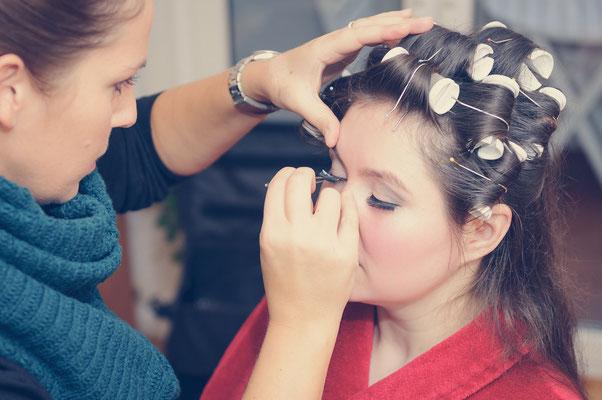 Fotoshooting während dem die Braut geschminkt wird