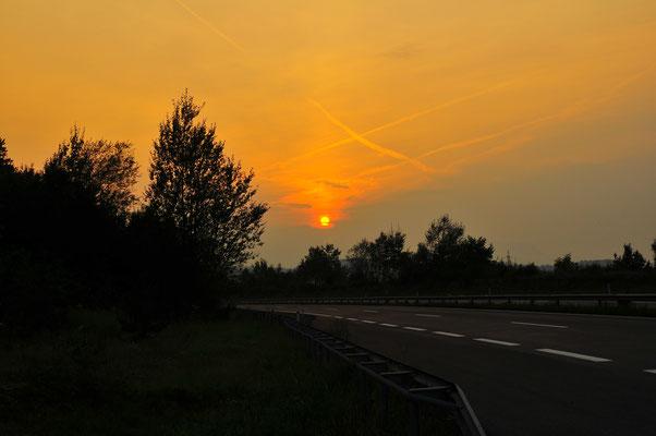 Sonnenuntergang an der Autobahn Österreichs
