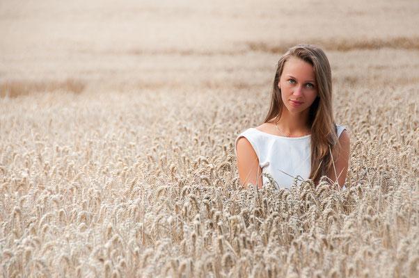 Hübsche Russin in einem Weizenfeld Wunderhübsche junge Frau