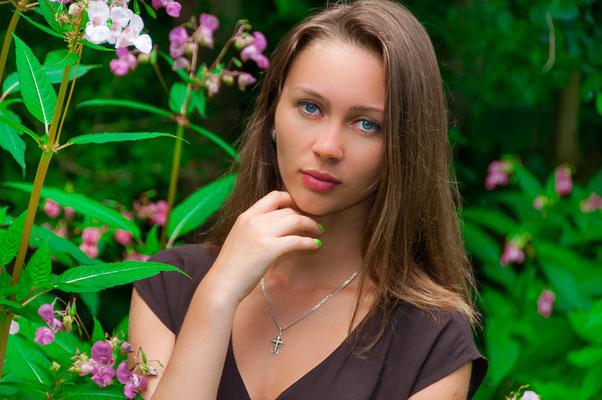Hübsche Russin wie vom Glanzmagazin Junge russische Frau mit tiefen blauen Augen und wunderhübschem Gesicht