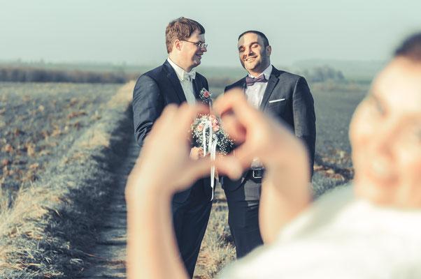 Braut macht Späßchen und lacht über dem Bräutigam und seinen Trauzeugen