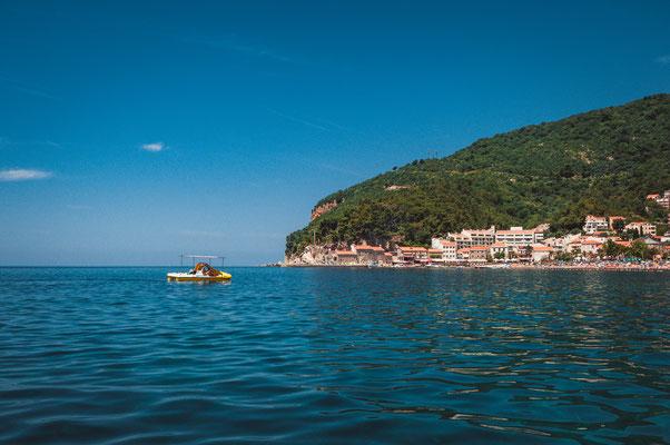 Mit dem Tretboot das adriatische Meer vor Petrovac in Montenegro erkunden