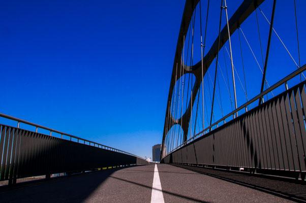 Radweg Fahrradweg Gehweg auf einer Brücke Stahlbrücke Autobrücke Osthafenbrücke