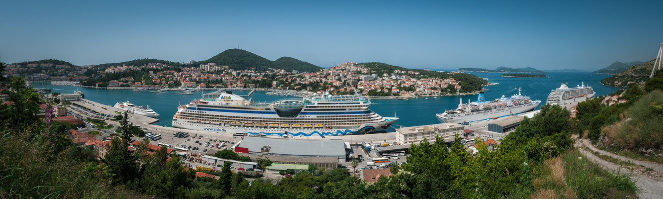 Panorama Blick auf die Reiseschiffe im Hafen von Dubrovnik in Kroatien
